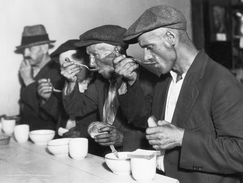 Masyarakat Amerika makan sup di dapur umum di masa krisis malaise.